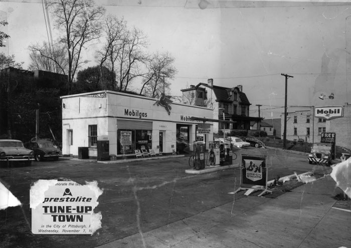 Rz Mobile Gas Station Brentwood 1962.jpg